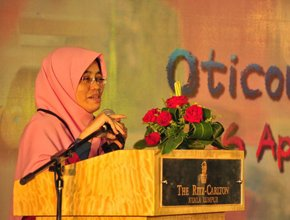 woman malay giving speech